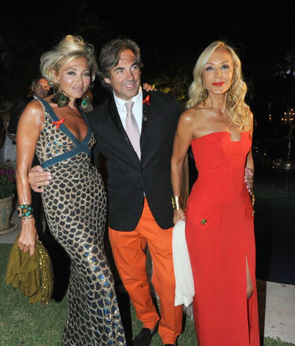 Carmen Lomana junto a una bronceadísima amiga y un hombre de pantalón butano