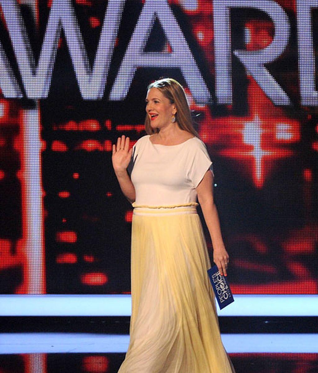 Drew Barrymore lució embarazo con un vestido largo en tonos amarillos