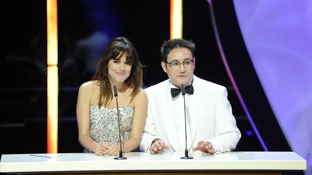 Adriana Ugarte y Carlos Santos se equivocan al entregar el Premio a Mejor Canción Original