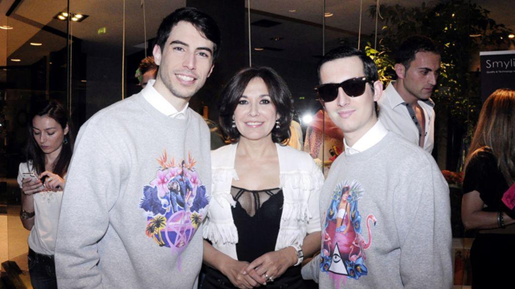 Posamos con Isabel Gemio vestidos con nuestras sudaderas de la nueva colección de Isaacymanu