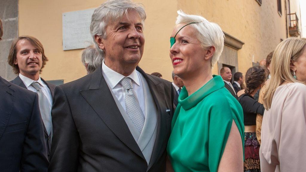 Con su padre, en una boda
