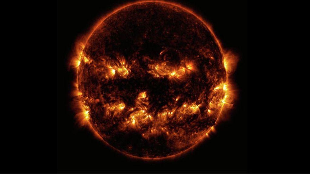 El sol que se parece a una calabaza de Halloween