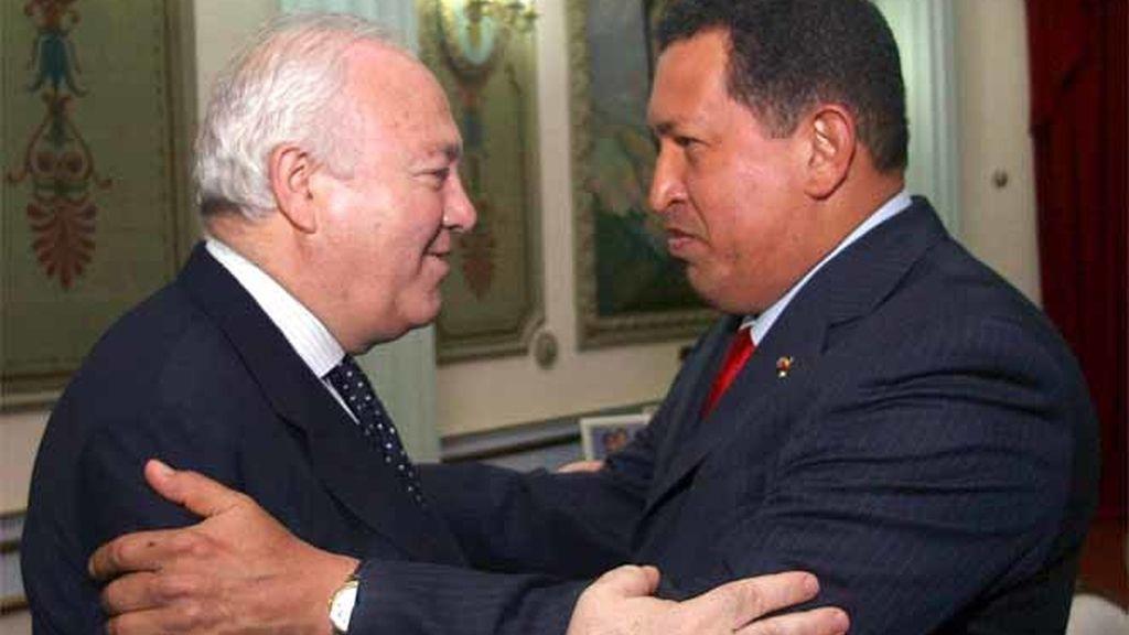 El presidente de Venezuela, Hugo Cávez, junto al minsitro de Asutnos Exteriores español, Miguel Ángel Moratinos en el Palacio de Miraflores en junio de 2008