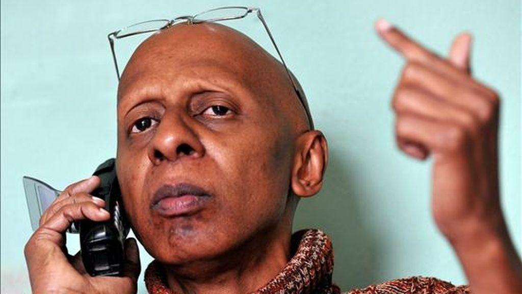 """El disidente cubano Guillermo Fariñas habla por teléfono este viernes en su casa en Santa Clara, donde empezó una huelga de hambre en homenaje a la """"inmolación"""" del opositor Orlando Zapata, fallecido el martes tras un ayuno voluntario de 85 días. EFE"""