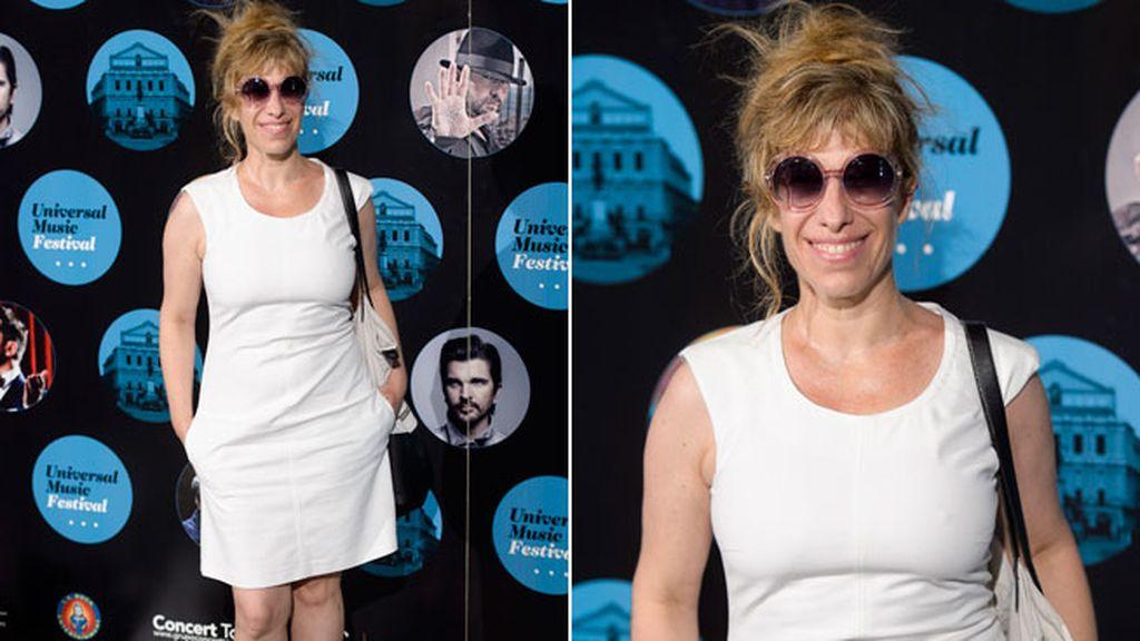 Natahalie Seseña con gafas de sol retro y vestido blanco