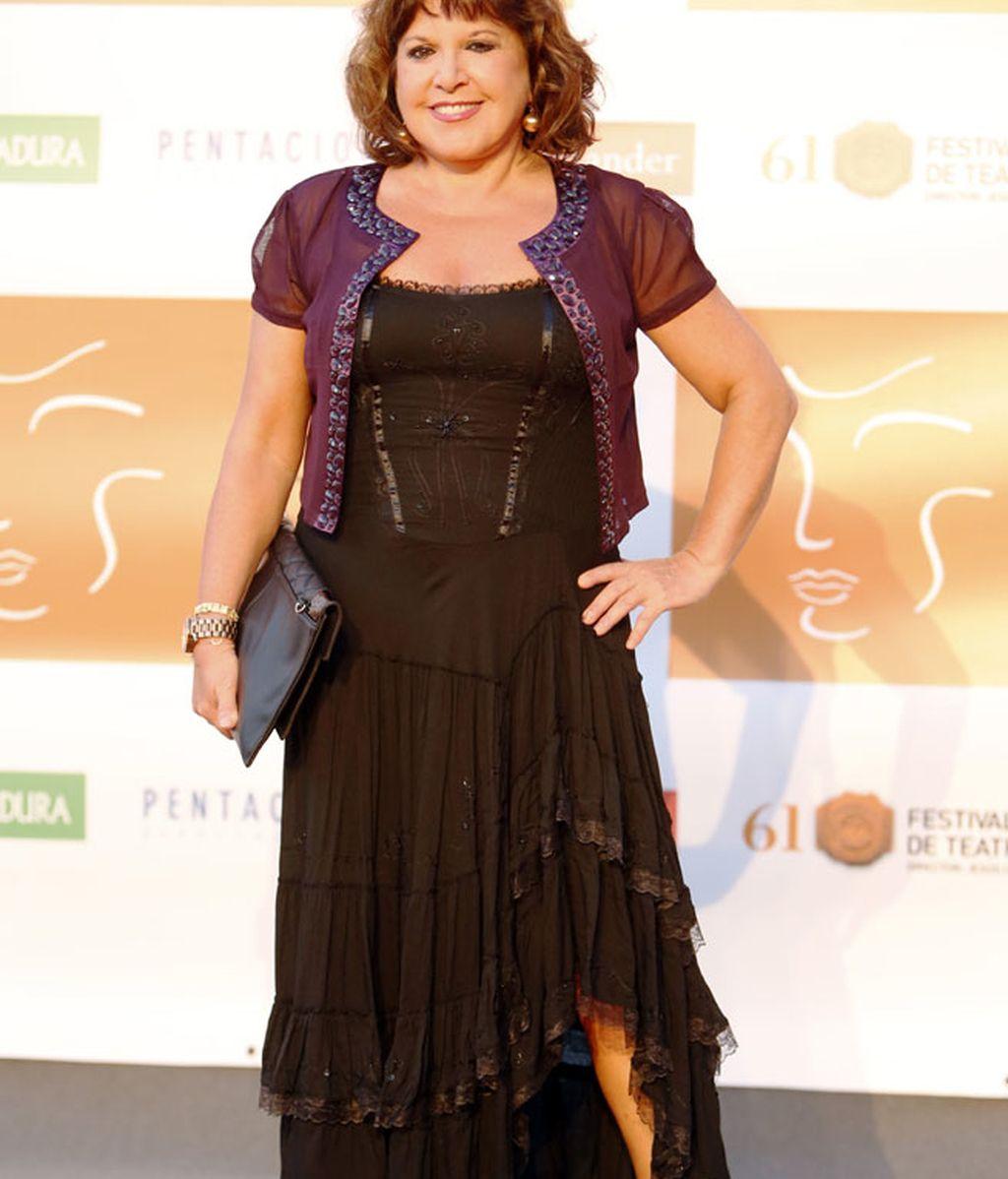 Loles León optó por un vestido negro de volantes con torera morada