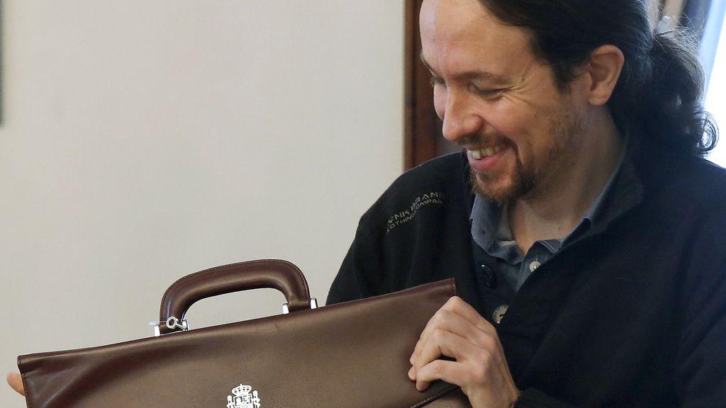 El líder de Podemos firma su acta de diputado