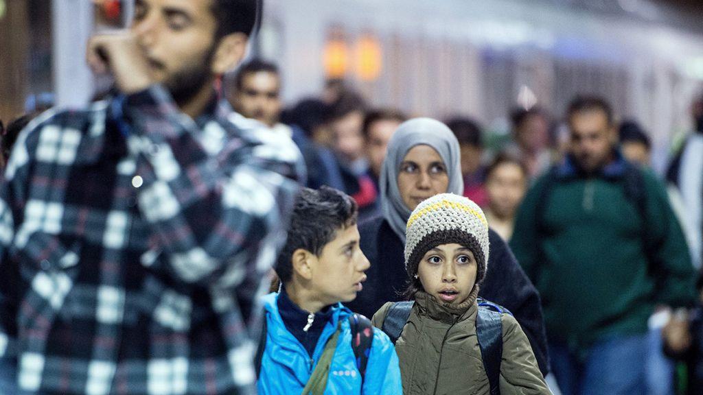 Una familia de refugiados llega a Colonia, Alemania