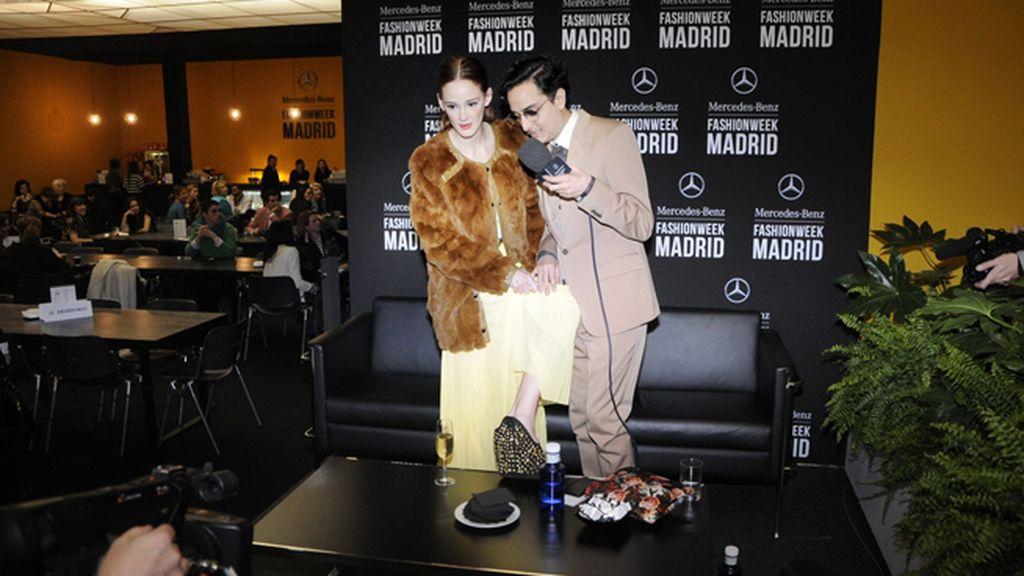 Ana Polvorosa mostrando sus zapatos a Josie en una divertida entrevista en el stand de Mercedes
