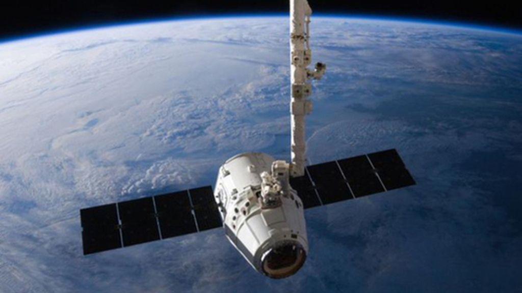 SpaceX Dragon acercándose a la Estación Espacial Internacional