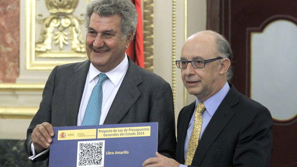 Montoro entrega los Presupuestos Generales del Estado para 2014 al presidente del Congreso, Jesús Posadas