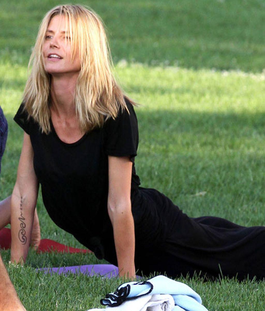 Heidi Klum se relaja haciendo yoga y pilates