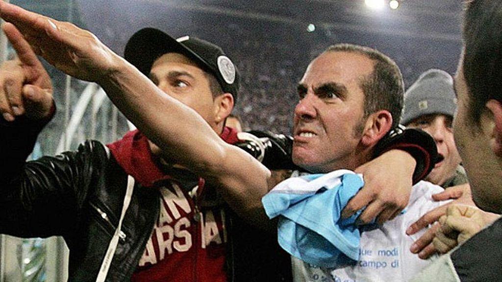 Di Canio saluda a la afición del Lazio con el brazo en alto