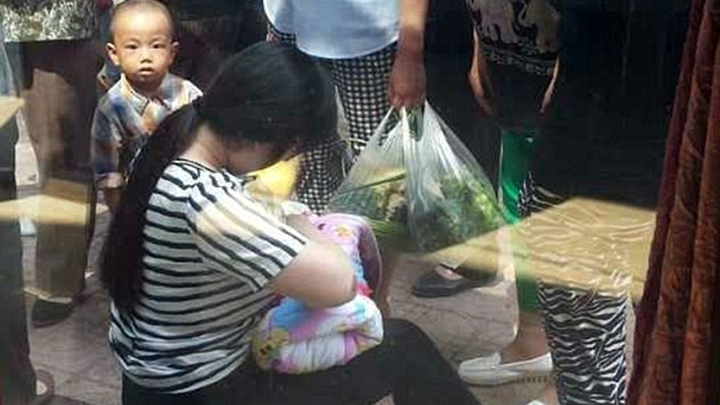 Un mujer amamanta aun bebé abandonado