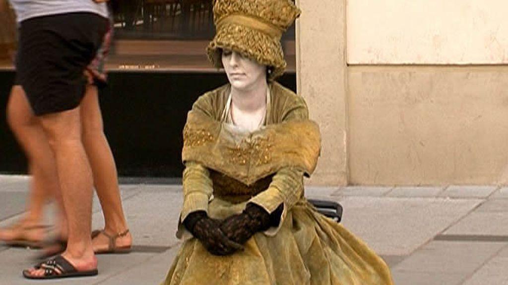 Una mujer con traje de época