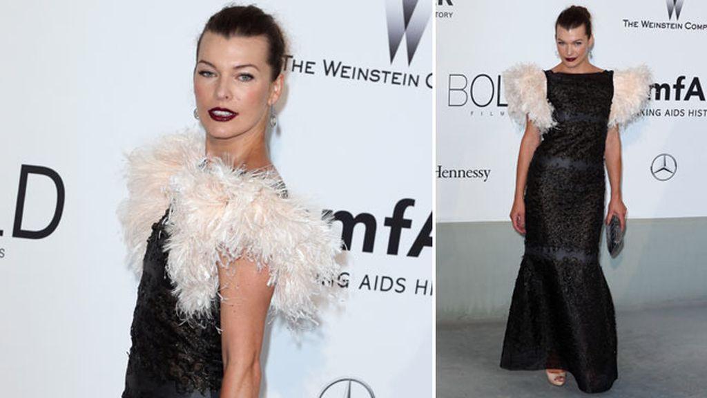 Milla Jovovich llevaba un vestido decorado con plumas