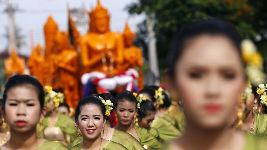 """Marcha con velas para conmemorar la """"cuaresma"""" budista"""