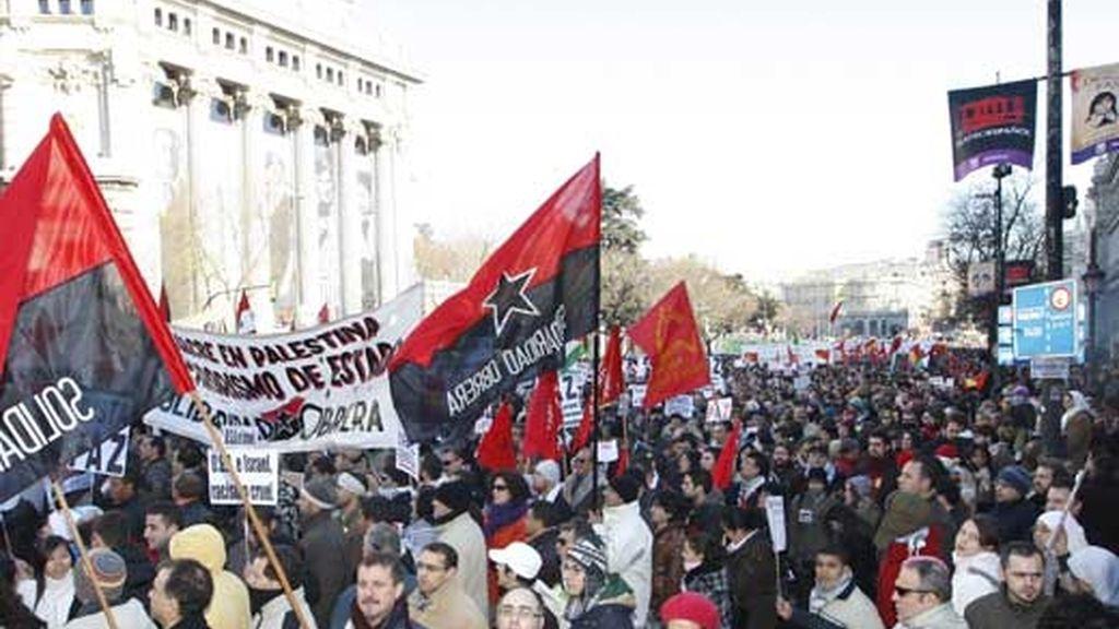 Asistentes a la manifestación convocada en Madrid con el lema 'Paremos el genocidio en Gaza' portan carteles con lemas e imágenes en su camino hacia la Puerta del Sol, donde se espera la lectura de un manifiesto. Foto: EFE