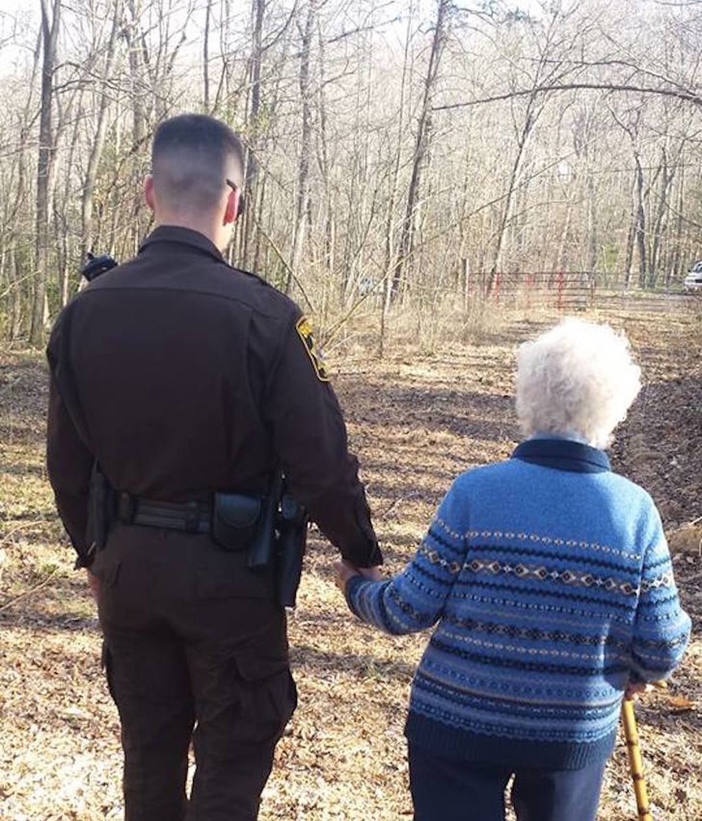 La anciana y el policía que han conmovido a las redes sociales