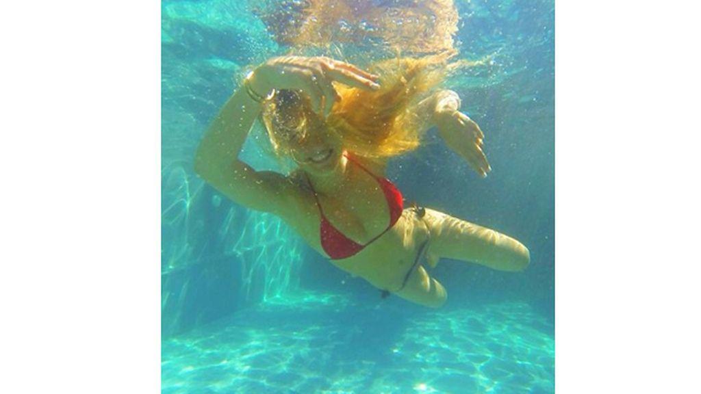 Bar Refaeli bajo el agua