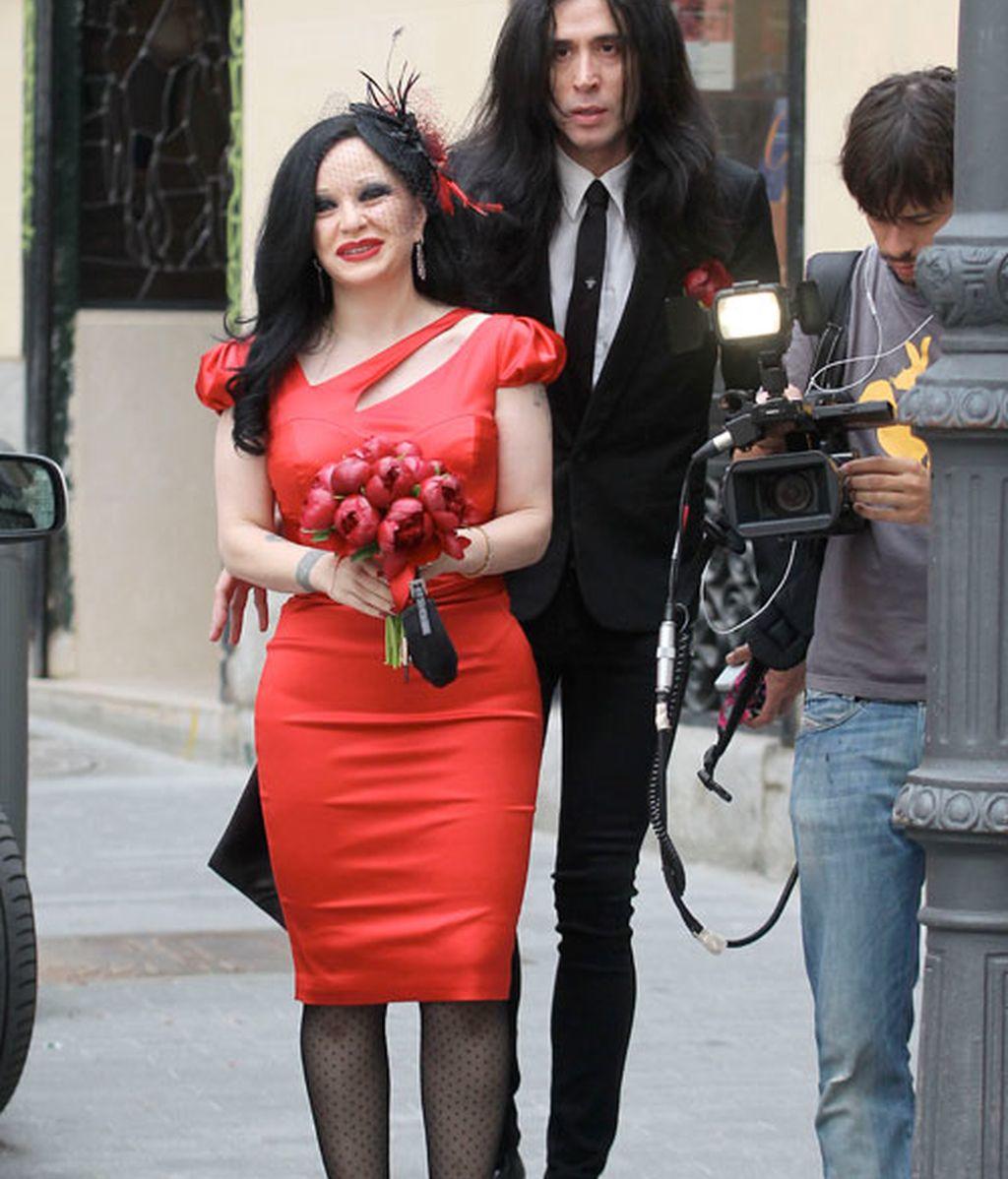 Alaska y Mario Vaquerizo: de rojo y ceñida va la novia
