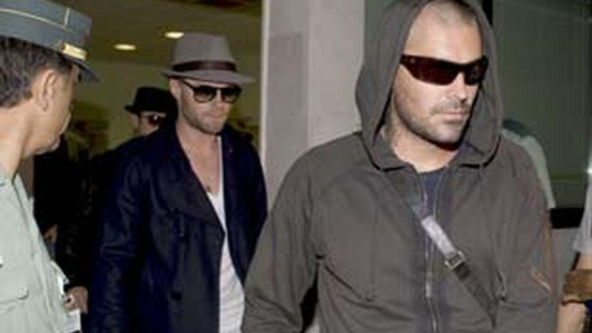 Los integrantes de la banda irlandesa Boyzone, Shane Lynch (d) y Ronan Keating a su llegada al aeropuerto de Palma de Mallorca, donde ha fallecido el cantante del grupo Stephen Gately, de 33 años, que se encontraba de vacaciones con su marido en unos apartamentos turísticos de la localidad de Port de Andratx