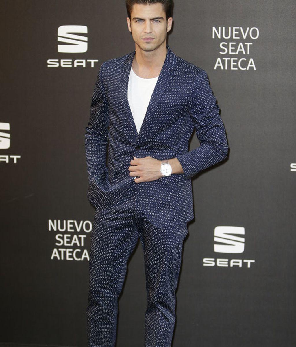 Maxi Iglesias, traje con camiseta y zapatillas blancas