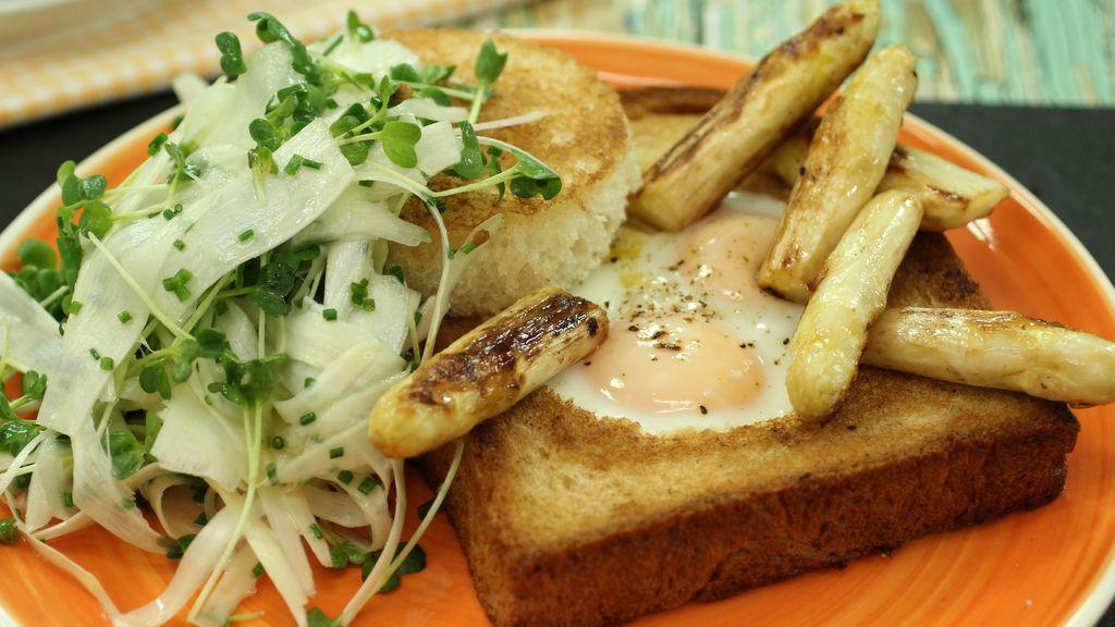 Tostada de huevos y espárragos de Navarra de 'Robin Food'