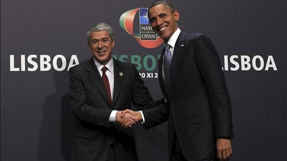 El primer ministro portugués, José Socrátes (izq), da la bienvenida al presidente de Estados Unidos, Barack Obama (der), al lugar donde se celebra la Cumbre de la Organización del Tratado Atlántico Norte (OTAN), en Lisboa, Portugal, el 19 de noviembre de 2010. Los jefes de Estado y Gobierno de los 28 países miembros inician esta tarde en Lisboa la cumbre de dos días de la OTAN, en la que discutirán el futuro de la Alianza Atlántica y el calendario de la transición en Afganistán. EFE