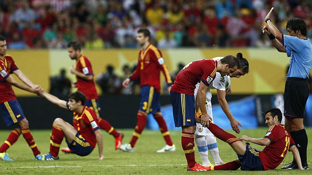 Javi Martínez y Pedro se levantan tras dos entradas durante el encuentro