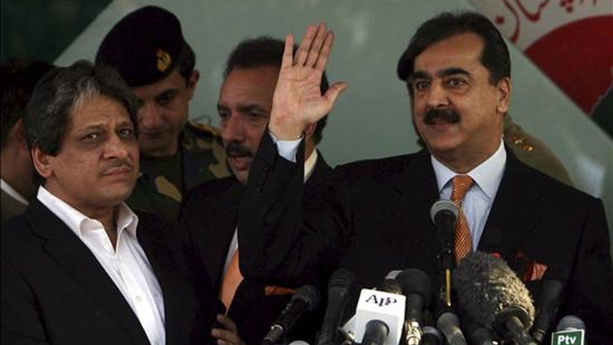 El primer ministro paquistaní, Yusuf Razá Guilani (dcha) saluda junto al líder del partido Muttahida Quami Movement (MQM), Eshrat-ul-Ebad, en Karachi (Pakistán) el 7 de enero de 2011. EFE/Archivo