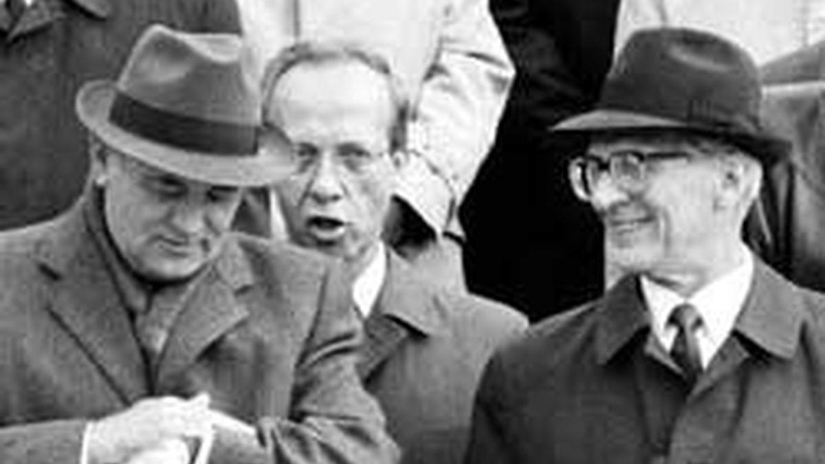 """Mijail Gorbachov sentenció a Honecker en la celebración del 40 aniversario de la RDA: """"la vida castiga a quién llega tarde""""."""