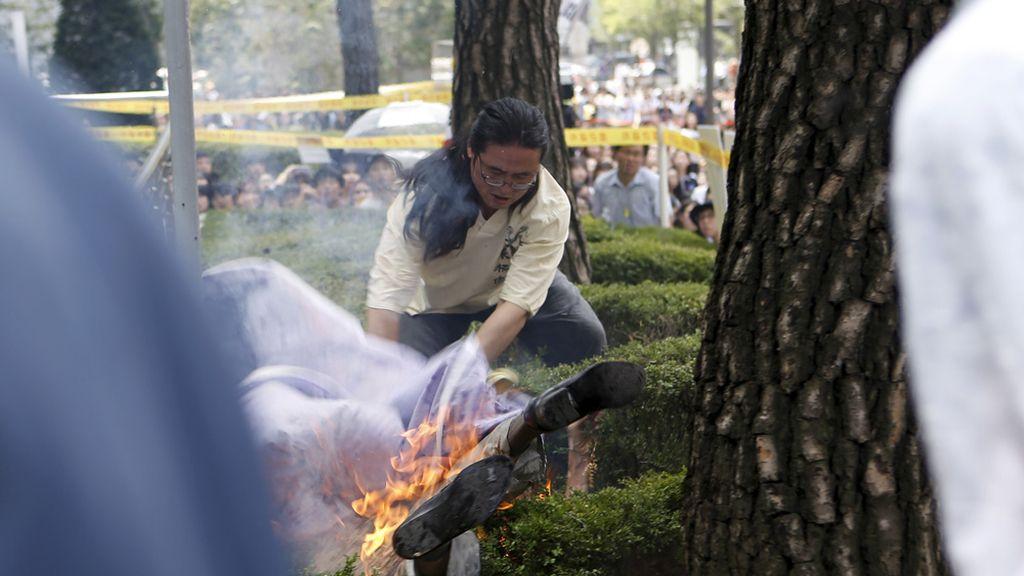 Un anciano surcoreano se prende fuego frente a la Embajada de Japón