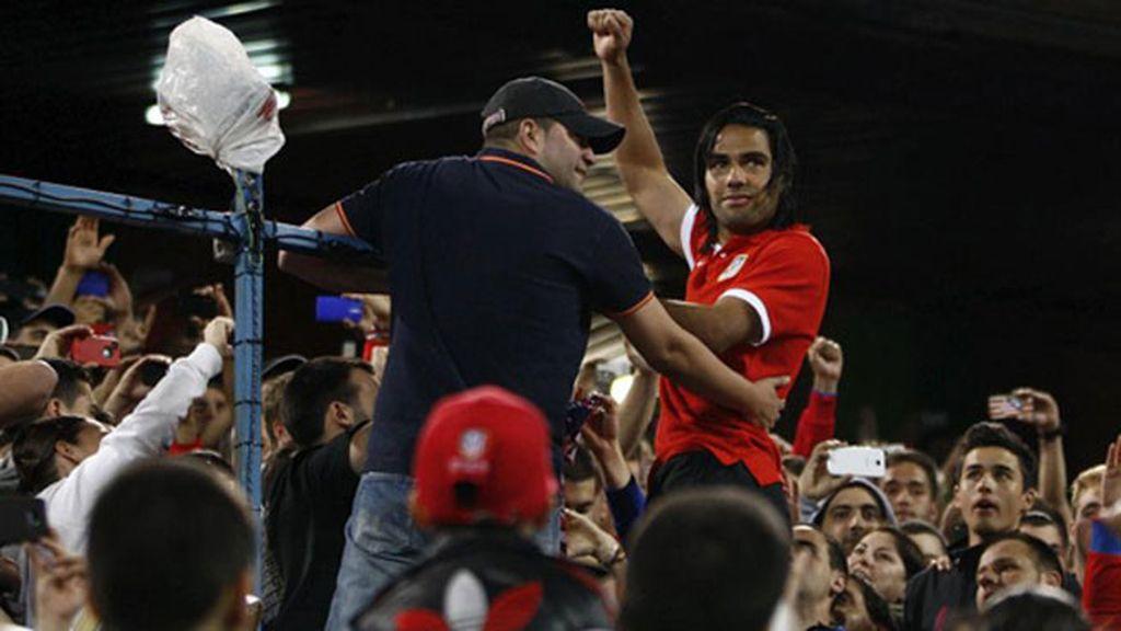Falcao subió al fondo del Frente Atlético en su adiós rojiblanco