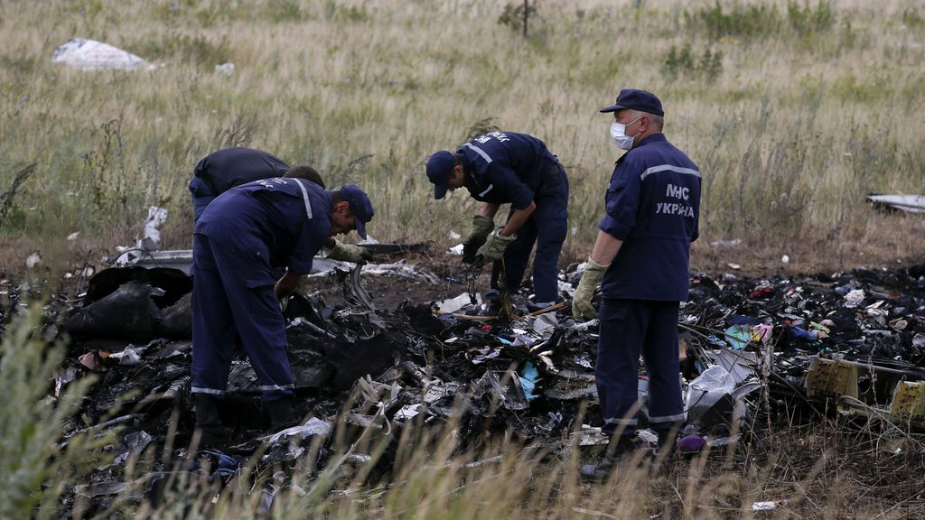 Miembros de Emergencias de Ucrania trabajan cerca del lugar del suceso del vuelo MH17