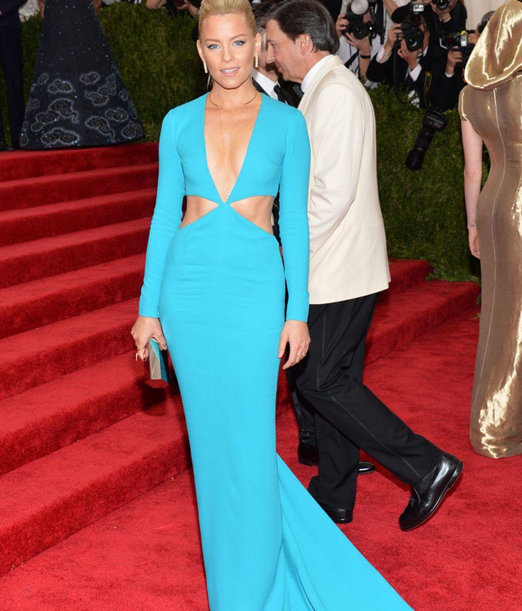 Elisabeth Banks con vestido de Michael Kors