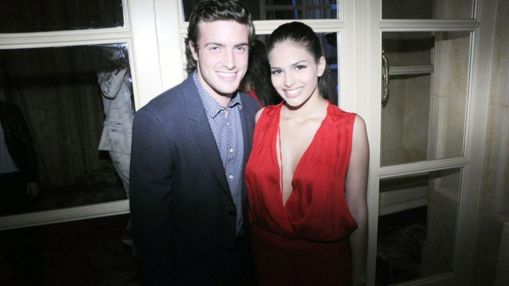 Raúl Mérida, que recogió su premio al mejor actor de TV con traje de Armand Basi, posando con su novia Sara Sálamo, muy guapa con vestido de Vanesa Lorenzo