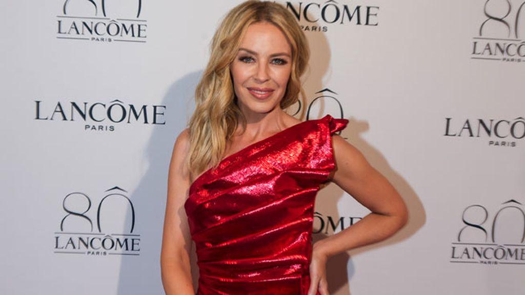 Kylie Minogue eligió el rojo satinado con escote asimétrico