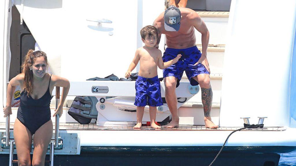 Su chica, Antonella Roccuzzo, y su hijo pequeño también están en el barco
