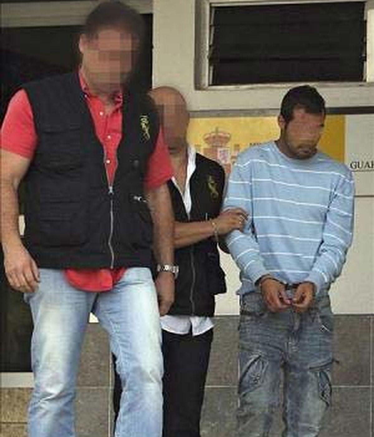 Agentes policiales escoltan al novio de la madre de la niña antes de ser puesto a disposición judicial en los juzgados de Arona. EFE