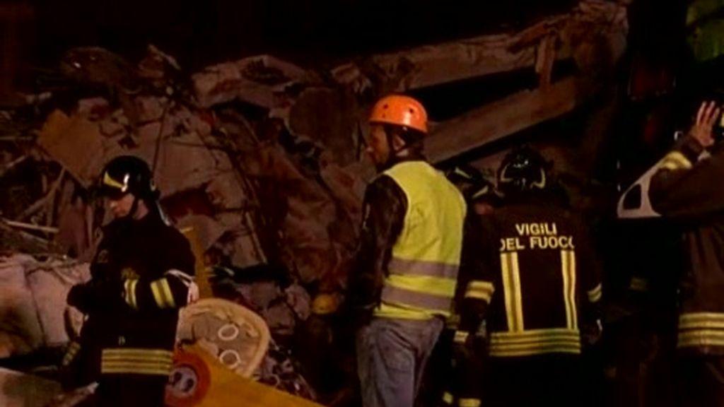 Los equipos de rescaten siguen buscando a supervivientes entre los escombros