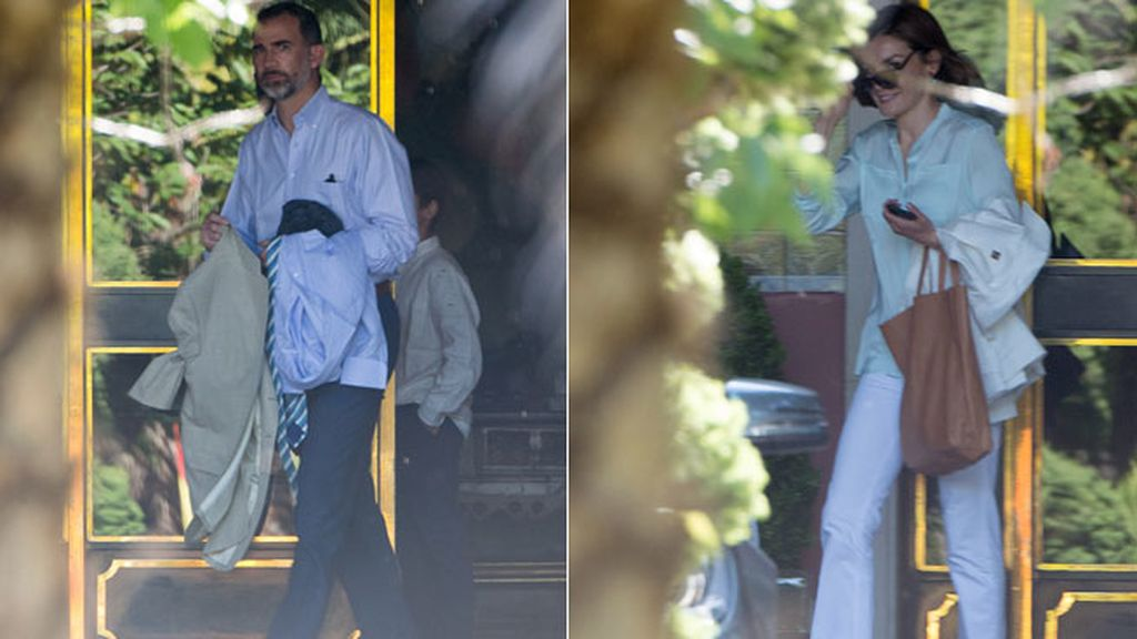 Letizia, 'casual' como el Rey, lució pantalón blanco, camisa aguamarina y plataformas nude