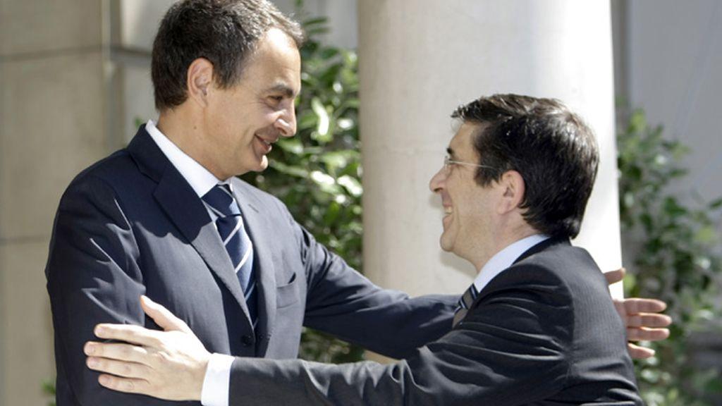 Zapatero y López se saludan con una sonrisa