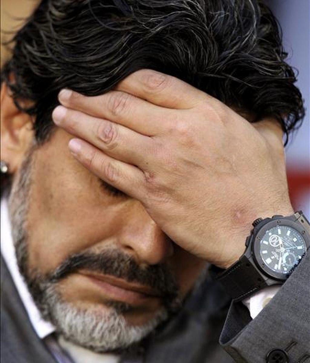 Diego Armando Maradona se quedó con esta cara después de la eliminación de Argentina. EFE