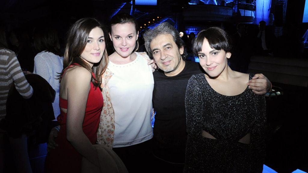 Marta Nieto y Clara Nieto junto a Alba García y su padre