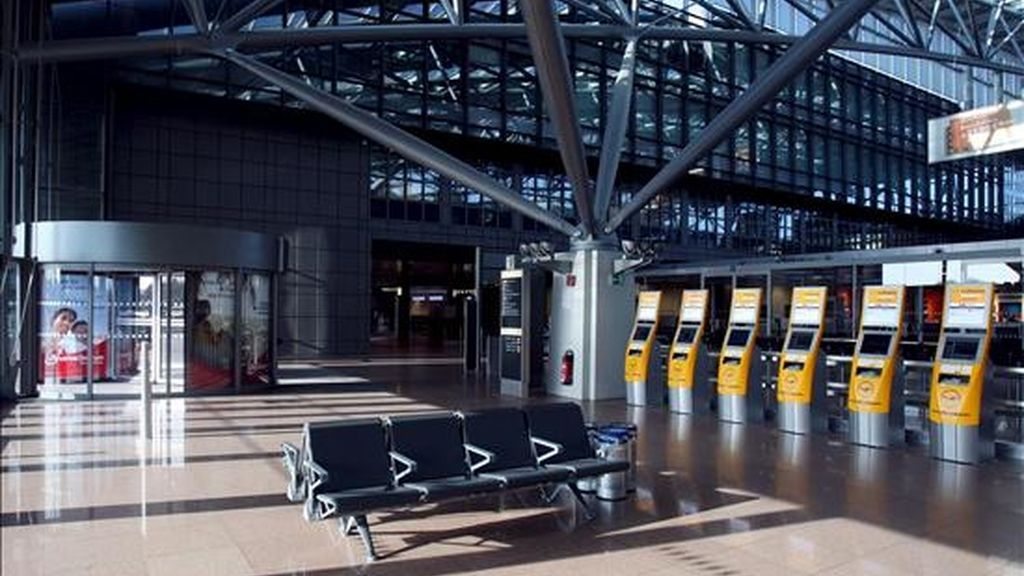 El aeropuerto de Hamburgo presenta hoy un aspecto desértico. EFE