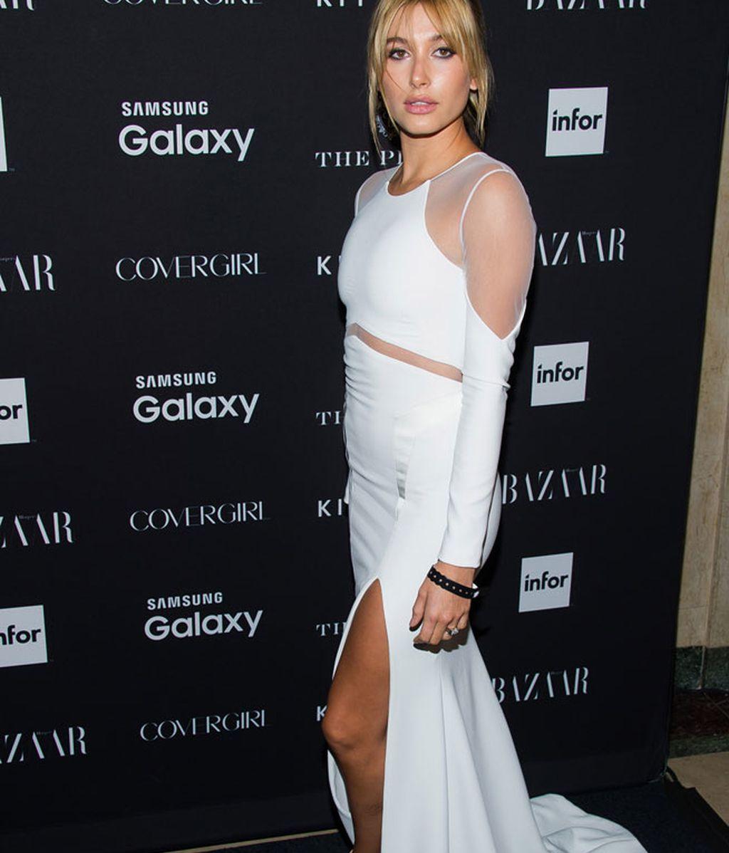 Hailey Baldwin, otro maxi vestido combinado con transparencias