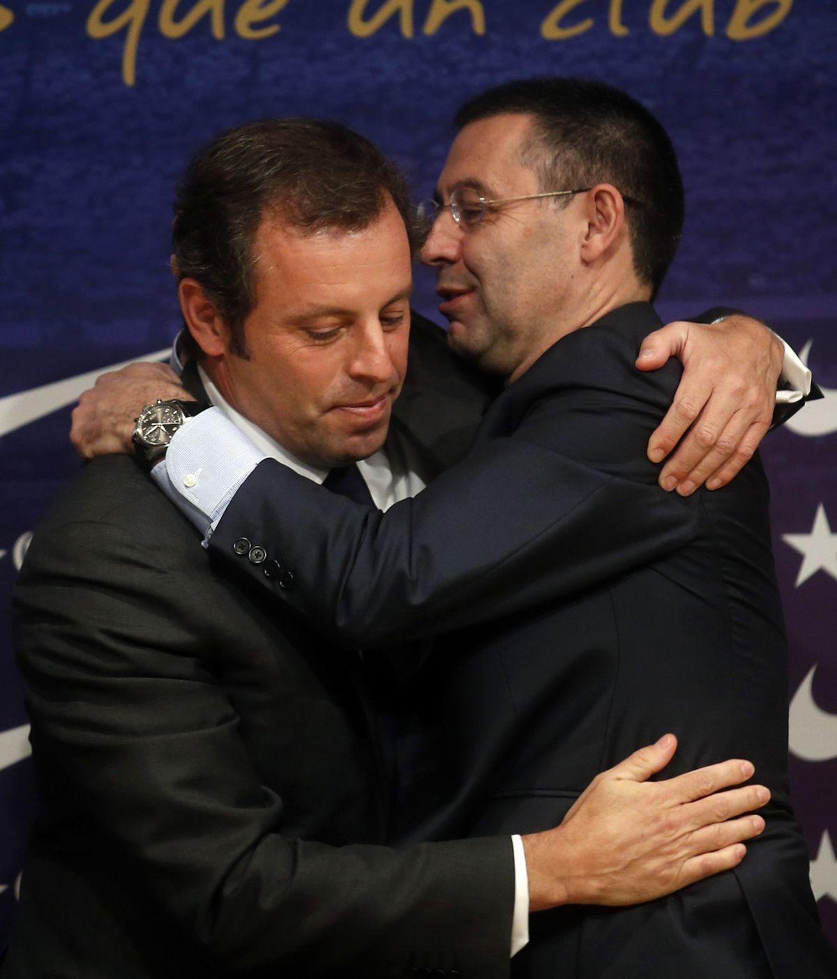 Rosell y Bartomeu se abrazan tras anunciar la dimisión del presidente del Barcelona