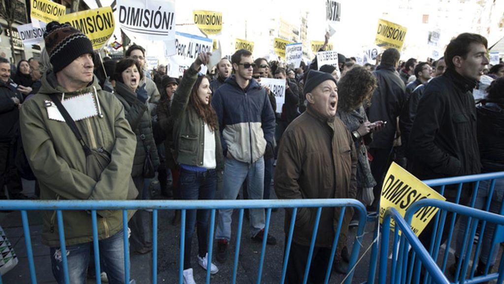 Multitud de personas en la sede del PP madrileño