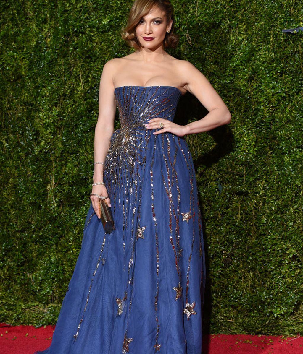 Jennifer López, eligió un Valentino azul que combinó con un clutch de Jimmy Choo